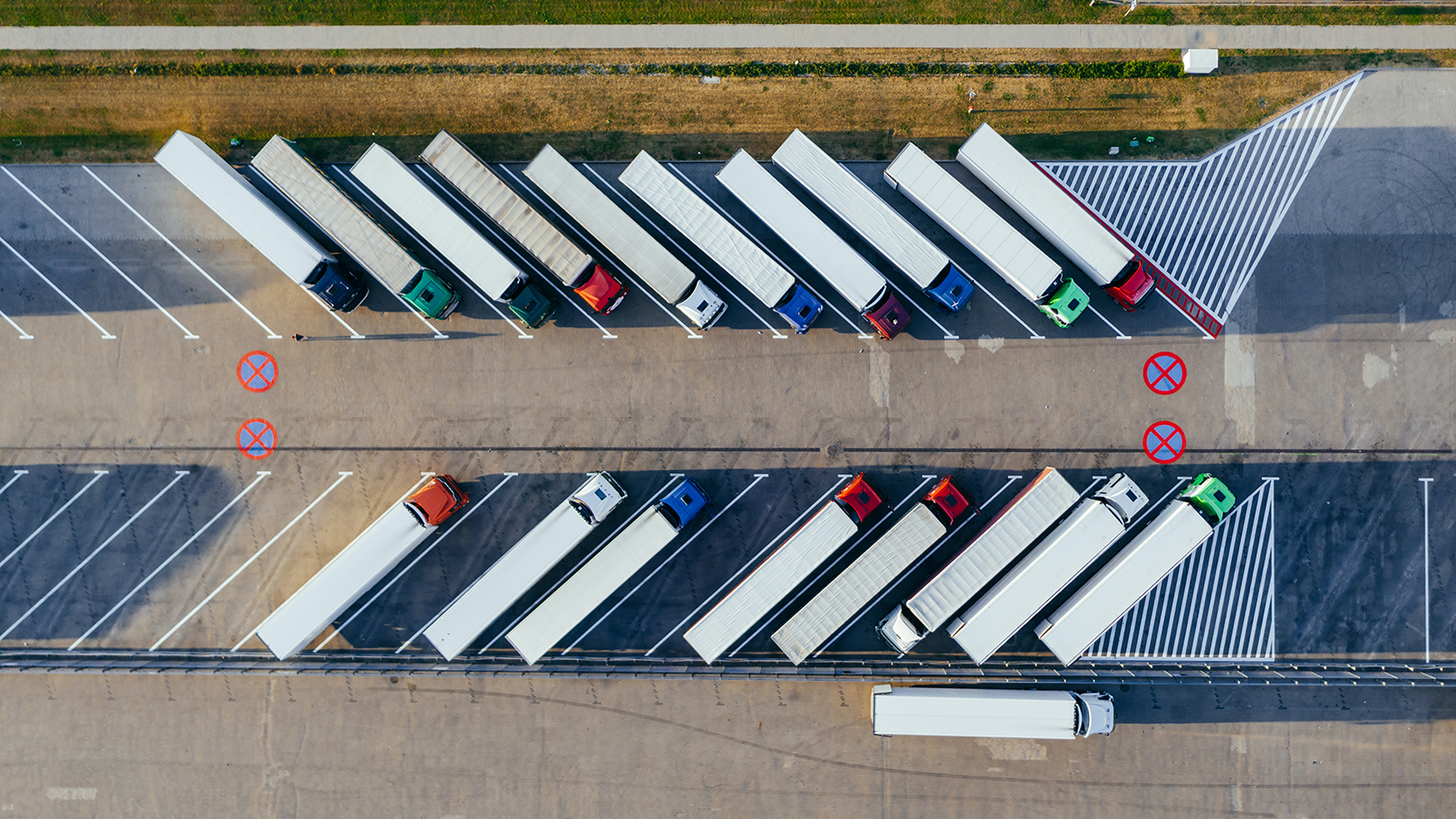 Aerial picture of trucks at a truck stop. Photo: Marcin Jozwiak, Pexels.